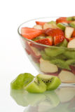 Kiwischeiben und Fruchtsalat stockbilder