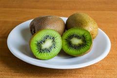 Kiwivruchten op de lijst Royalty-vrije Stock Foto's