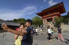 Kiyomizu寺庙的游人 免版税库存照片