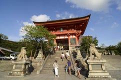 Kiyomizu寺庙的游人 免版税库存图片