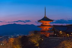 Kiyomizu寺庙,京都,日本塔在日落期间的 库存照片