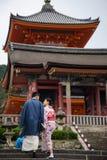 拍前婚礼照片的日本夫妇在Kiyomizu 免版税图库摄影