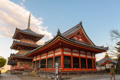 Kiyomizu-deratempel-Tor in Kyoto Stockfotos