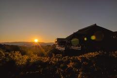 在日落期间的Kiyomizudera寺庙在京都,日本 免版税库存照片