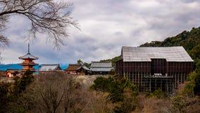 Kiyomizutempel met hoofdgebouw onder reparaties stock foto's