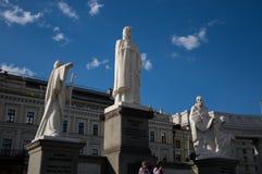 KIYV、乌克兰- 2017年6月1日,纪念碑的侧视图对奥尔加公主的,西里尔和Methodius相等与传道者和 免版税图库摄影