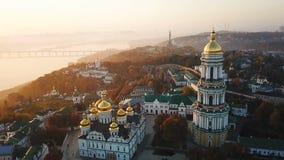 Kiyv乌克兰首都 基辅lavra pechersk 空中寄生虫录影镜头 对车手Dnipro和桥梁的看法 使模糊和 股票录像