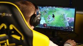 KIYV, UCRANIA - 12 de febrero: Videojugador que juega en Dota-2 en bootcamp de los equipos del ` VI del Na metrajes