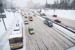 Kiyv Verkehr in einem Schneesturm Stockbilder