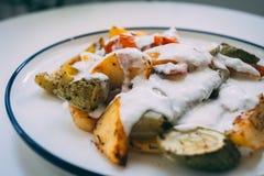 Kizartma, Turks keukenvoedsel, gebraden groenten met yoghurt stock foto's
