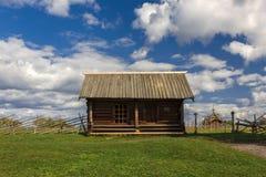 Kizhieiland, Petrozavodsk, Karelië, Russische Federatie - 20 Augustus, 2018: Volksarchitectuur en de geschiedenis van de bouw o stock afbeelding