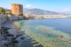Kizil czerwieni wierza z alanya fortecą z alanya miastem Zdjęcia Royalty Free