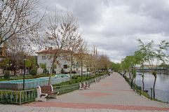 Kizilirmak河堤防在阿瓦诺斯-普遍的旅游中心看法在卡帕多细亚 免版税库存照片