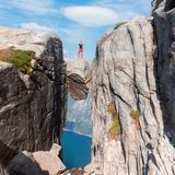 一次极端计划旅行的画象女孩的kjerag的石头的在挪威,感觉的山的  库存照片