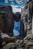 Kjerag-Felsen Kjeragbolten in Lysefjord-Klippe, Norwegen stockbild