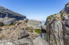 Kjeragbolten-Flussstein gelegen auf dem Kjerag-Berg stockbild