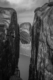 Kjeragbolten la roche goupillée Photographie stock libre de droits