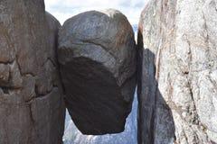 Kjeragbolten, montagne Rogoland, Norvège de Kjerag Photographie stock libre de droits