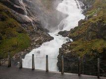 Kjosfossen de la línea ferrocarril de Flam en Noruega Imagenes de archivo