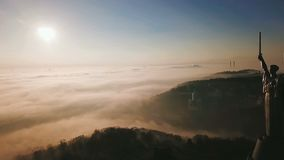 KKiev Ucrania la herencia de URSS del monumento de la patria Colinas de la ciudad en la niebla Mañana hermosa del otoño vídeo aér almacen de video