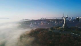 KKiev Ukraine das Mutterlands-Monument UDSSR-Erbe Stadthügel auf Nebel Schöner Herbst-Morgen Luftbrummenvideo stock video