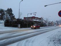 Klà ¡ Å ¡ terec nad OhÅ™Ã,捷克- 2017年12月10日,降雪在欧洲 库存照片