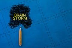 Kläckning av ideerbegrepp med blyertspennan och klotter på blå bakgrund jpg Fotografering för Bildbyråer