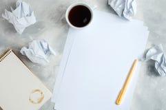 Kläckning av ideerbegrepp med den skrynkliga papper, anteckningsboken och koppen av coff Royaltyfria Foton
