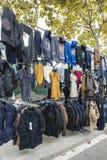 Klädbås på en loppmarknad Royaltyfria Foton