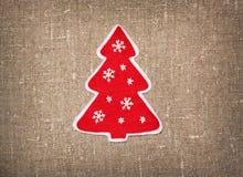 Klädd med filt handgjord julgran Arkivfoto