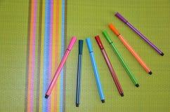 Klädd med filt penna, färg, grön tabell fotografering för bildbyråer