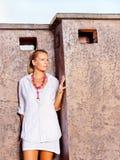 klädd utomhus- vit kvinna royaltyfri foto