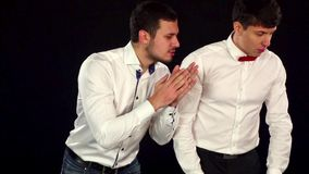Klädde unga gulliga grabbar spela formellt rouletten _ lager videofilmer