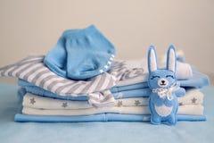 Kläder för barn` s med blöjorna staplas Arkivbild