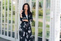 Kläder för ett silke för härlig stilfull affärsdam kom iklädd trendig, till ett viktigt möte i en restaurang med arkivfoton