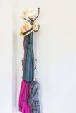 Kläder för för tappninghattställning och hängare ställde in på vit Royaltyfri Foto