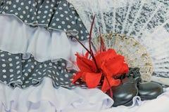 Kläder för flamenco i vit med den röda rosen Arkivfoto