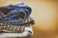 Kläder för grov bomullstvill för ` s för varma och trendiga kvinnor vek på en kulör bakgrund Royaltyfria Foton