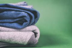 Kläder för grov bomullstvill för ` s för varma och trendiga kvinnor vek på en kulör bakgrund Arkivbilder