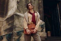 Kläder för högt mode Kvinna i trendig kläder i gata royaltyfri bild