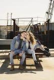 Kläder för jeans för unga härliga modepar bärande i dagsljus arkivbild