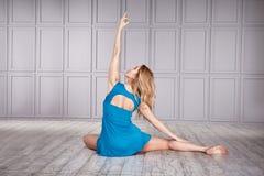 Kläder för komfort för blonda kläder för kvinnagymnast idrotts- tillfällig Royaltyfria Bilder