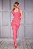 Kläder för komfort för blonda kläder för kvinnagymnast idrotts- tillfällig Arkivbilder