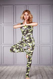 Kläder för komfort för blonda kläder för kvinnagymnast idrotts- tillfällig Royaltyfri Foto