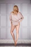 Kläder för komfort för kvinnakläder övar tillfällig för idrottshall kondition royaltyfria foton
