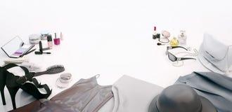 Kläder för kvinna` s, hudomsorg och skönhetsmedel lokaliseras på en vit Royaltyfri Fotografi