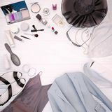 Kläder för kvinna` s, hudomsorg och skönhetsmedel lokaliseras på en vit Arkivbilder
