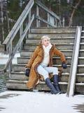 Kläder för trendig kvinna och vinter- lantlig plats Arkivfoto