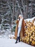 Kläder för trendig kvinna och vinter- lantlig plats Arkivbilder