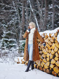 Kläder för trendig kvinna och vinter- lantlig plats Arkivbild